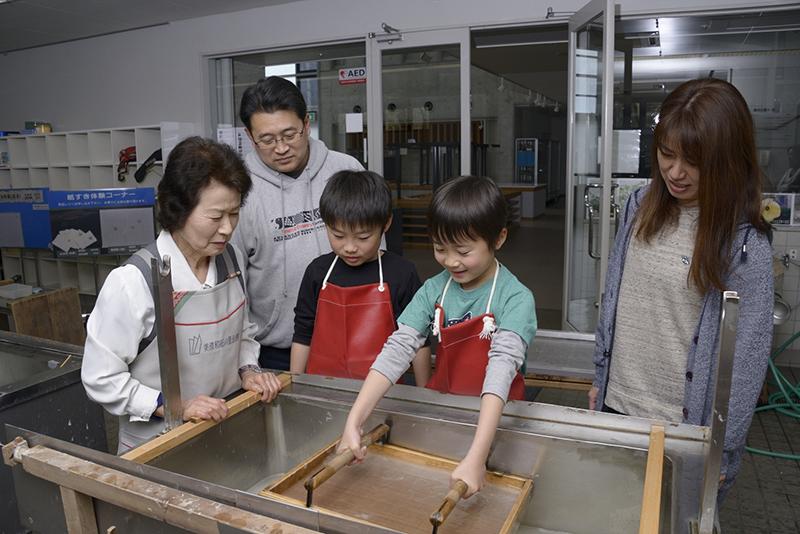 Fabrication d'éventails en papier de Mino
